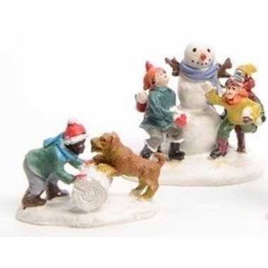 Kerstdorp figuurtjes sneeuwbal gooien 2