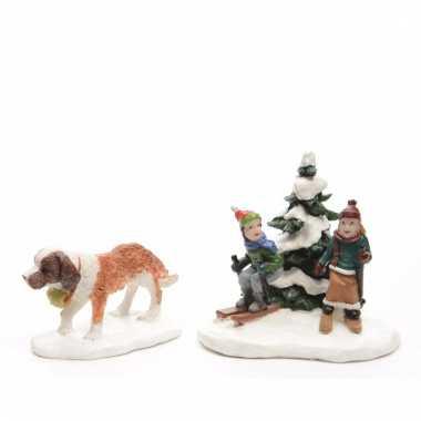 Kerstdorp maken figuurtjes st. bernard en spelende kinderen