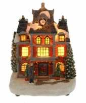 Kerstkerstdorp huisje met man met verlichting